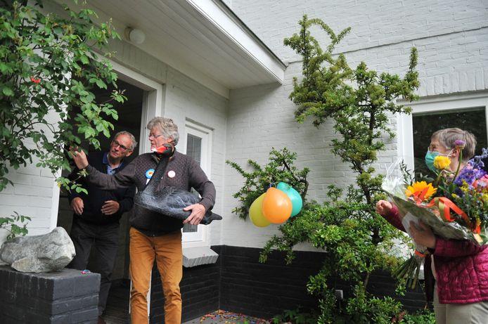 Lambert van Gils heeft zojuist uit handen van zijn maatje Geep Peelen (links) een replica van Zorro cadeau gekregen voor zijn verjaardag.