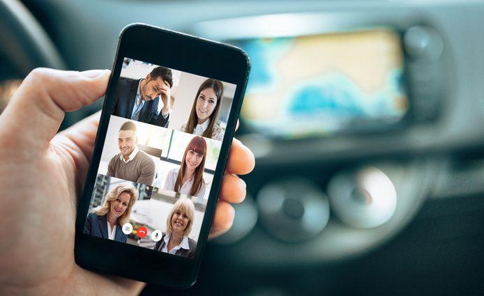 Zoomen in de auto, een risico voor je verzekering?