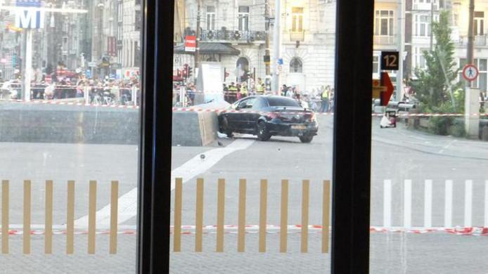 De auto kwam tot stilstand bij de ingang van het metrostation