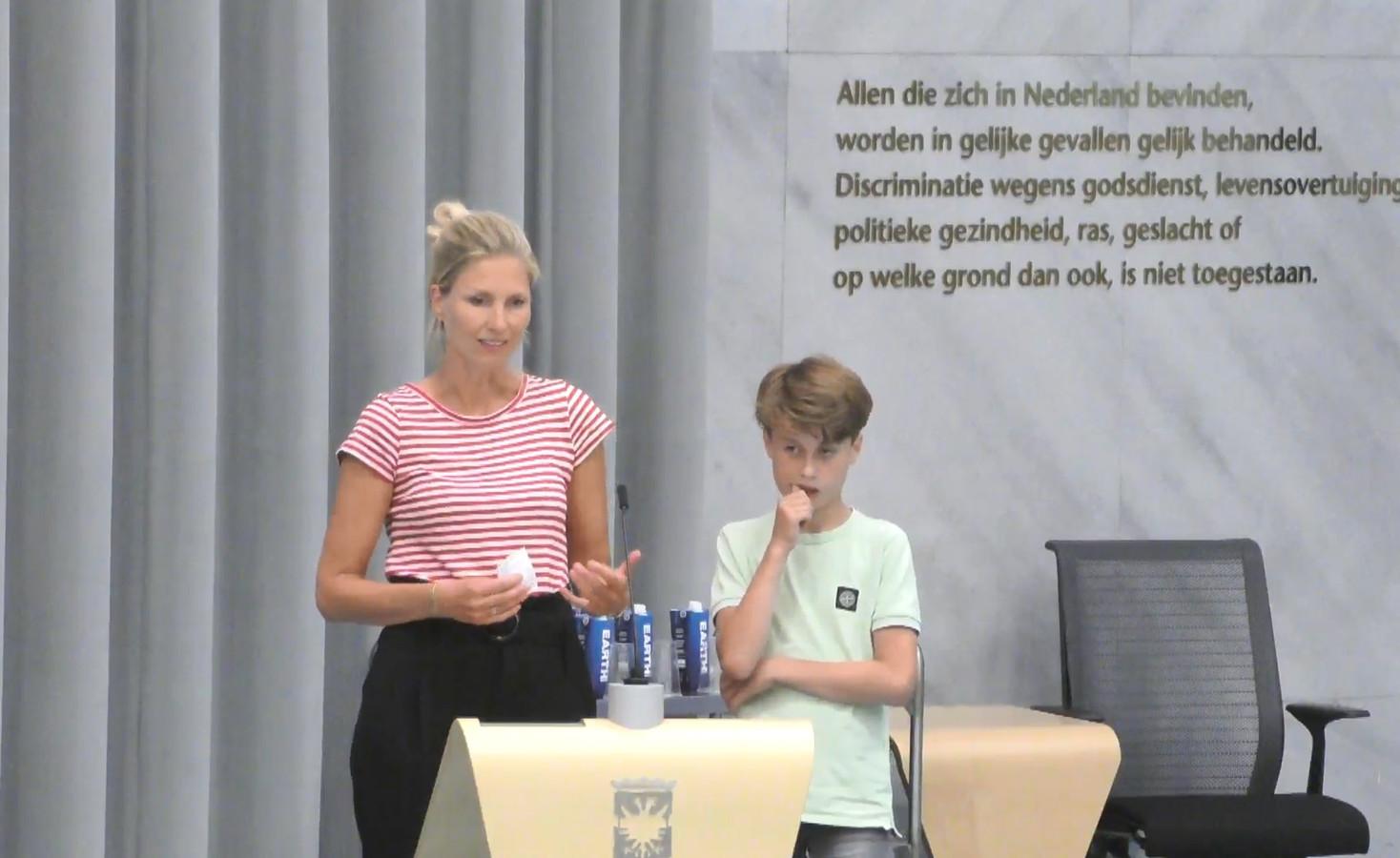 In gezelschap van zijn moeder legde Teun van der Laan (r) onlangs nog aan de gemeenteraad uit welke baat hij heeft bij zijn therapie. Om op jeugdzorg te besparen, wil de gemeente juist op de uitgaven aan therapeuten bezuinigen.