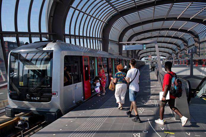 Reizigers stappen in de metro bij station Amsterdam-Noord, onderdeel van de Noord-Zuidlijn