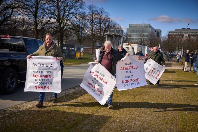 Marktkooplui protesteren op het Malieveld in Den Haag. Ze willen dat de non-food-kramen ook weer op de markt worden toegelaten.