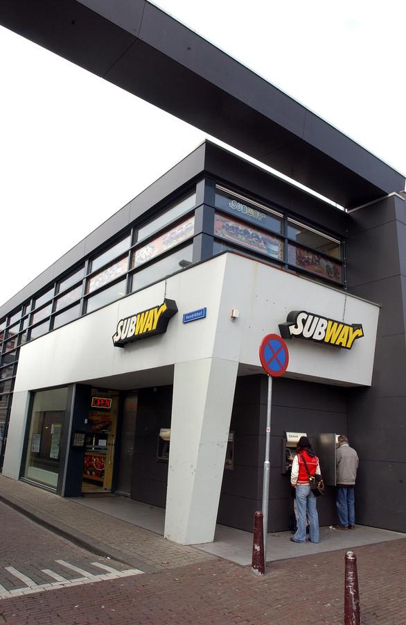De voormalige Subway aan het Piusplein. Het pand wordt verbouwd: aan de voorkant de glazen ingang waardoor het fastfoodrestaurant 'niet meer te missen is'.
