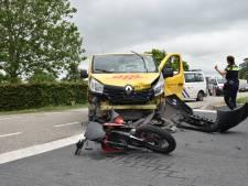 Bromfietser raakt gewond bij ongeluk met een bestelbus en moet naar het ziekenhuis