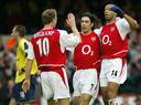 Dennis Bergkamp met Robert Pires en Thierry Henry in 2004.