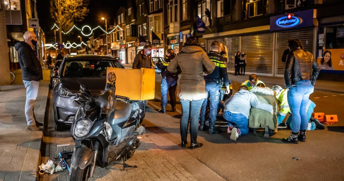 Maaltijdbezorger gewond naar ziekenhuis na botsing met auto in Tilburg.