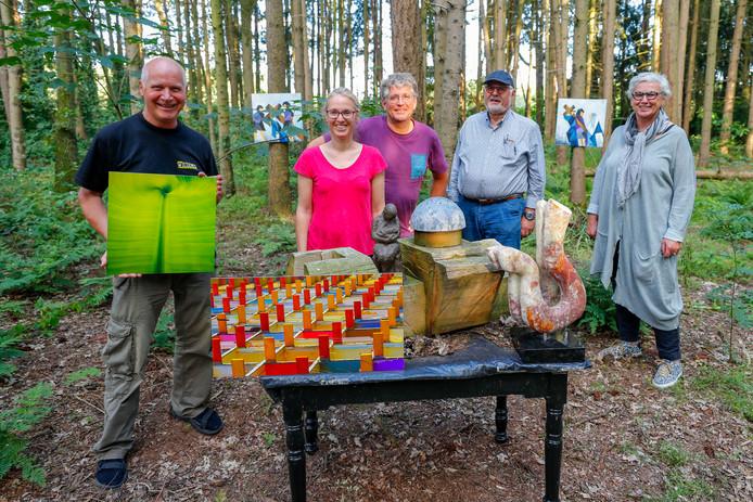 Toon Mouws (met foto) Jack Wilting, Antoinette Donkers-Dekkers, Guus Wouters en Riek Wouters (v.l.n.r.) met een aantal kunstwerken die dit weekend te zien zijn.