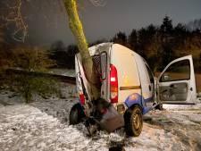 Auto knalt hard tegen boom na slippartij in Helmond