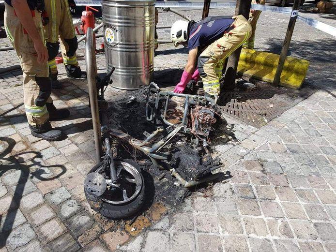 De scooter ging in vlammen op.