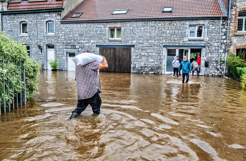 Rochefort is zwaar getroffen door de regenval: de rivier treedt buiten zijn oevers en huizen lopen onder water. Beeld Tim Dirven