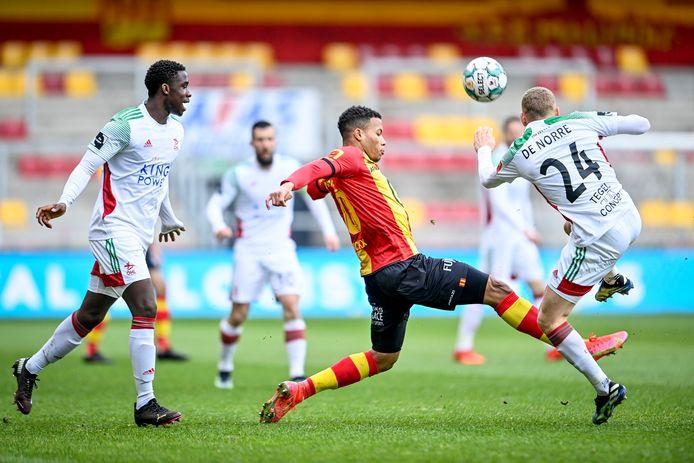 Mandela Keita (links) is getuige van een stevig duel tussen KV Mechelen-spits Aster Vranckx en Casper De Norre.