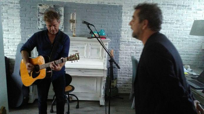 JW Roy (l) en Ruud van den Boogaard tijdens een huiskameroptreden in Laagstraat 443 in Eindhoven, de plek waar het gelijknamige album werd opgenomen.