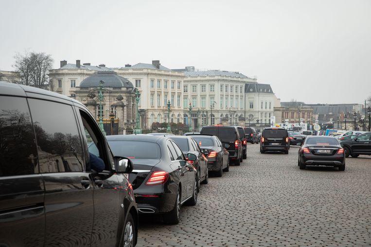 Uber-chauffeurs protesteren voor het kabinet van Brussels minister-president Rudi Vervoort. Ook binnen zijn regering is er onenigheid over dit dossier. Beeld BELGA