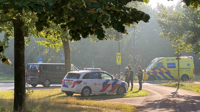 Opnieuw raak op beruchte rotonde in Nijverdal: fietsster en auto botsen met elkaar