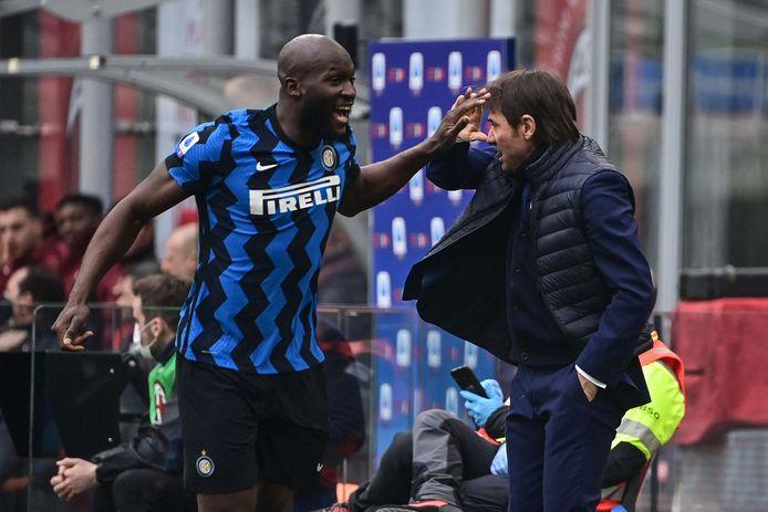 Romelu Lukaku viert zijn treffer met Antonio Conte.