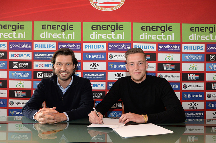 John de Jong, technisch manager van PSV en Justin de  bij de ondertekening van zijn PSV-contract.
