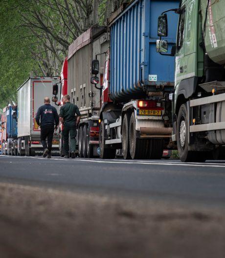 Staking bij ARN in Weurt: lange file van vuilniswagens op Pieckelaan