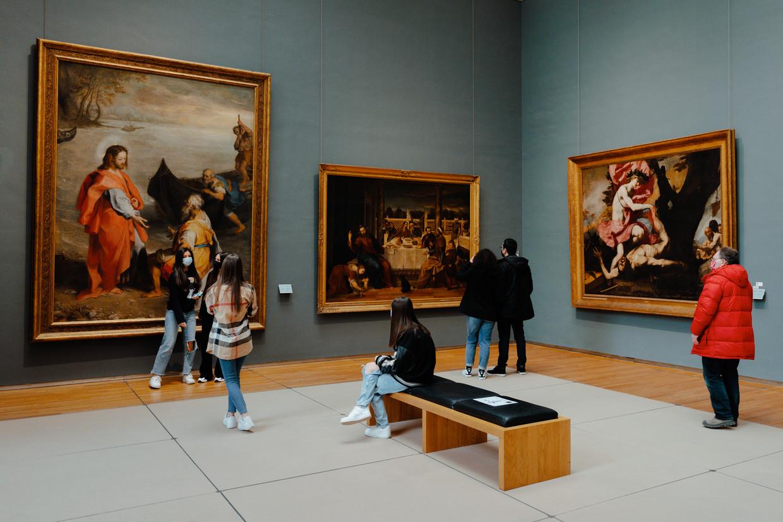 Aleyna (13), Lara (14), Sirin (13) en de wat oudere Gizem (21) houden, smartphone in de hand, halt bij 'De roeping van de Heilige Petrus en de Heilige Andreas', een immens doek dat omstreeks 1586 in het Italiaanse Urbino werd geschilderd. Kunstenaar Federico Barocci is weldra niet alleen in de collectie van de KMSKB vertegenwoordigd, zo durven we te vermoeden, maar ook op Instagram. Beeld Damon De Backer