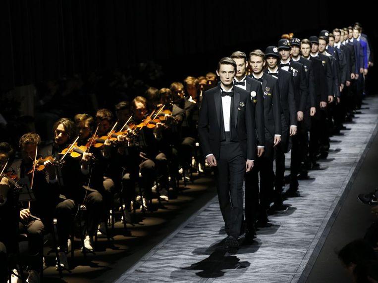 Muziek: Landsc Apes door Koudlam. 'Tijdens de show van Dior Homme speelde een orkest in een lange rij stoelen op de catwalk een symfonische versie.' Beeld  Dior Homme