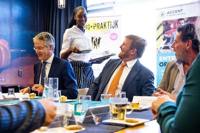 Koning Willem-Alexander tijdens een werkbezoek met minister Arie Slob aan Accent Praktijkonderwijs. Het bezoek stond in het teken van successen, ontwikkelingen en uitdagingen in het praktijkonderwijs. ANP ROYAL IMAGES POOL PATRICK VAN EMST