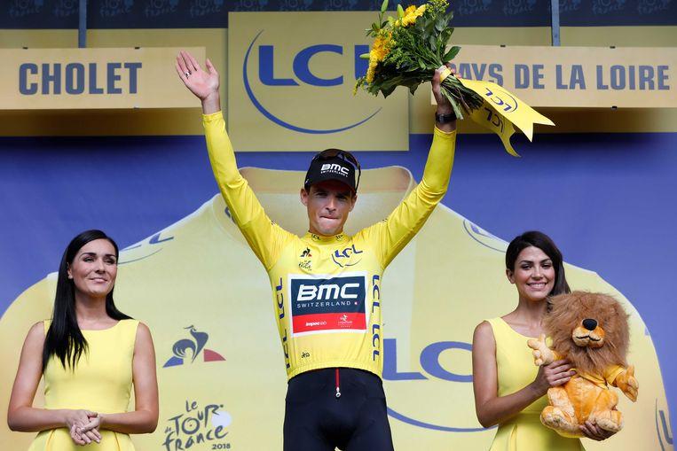 Greg van Avermaet viert zijn gele trui op het podium tijdens de derde etappe van de 105e editie van de Ronde van Frankrijk, een ploegentijdrit tussen Cholet en Cholet.  Beeld ANP