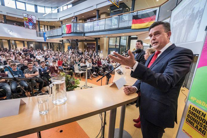 Scholierendebat in de aula van Metameer in Stevensbeek in 2017, met onder anderen toenmalig SP-leider Emile Roemer.