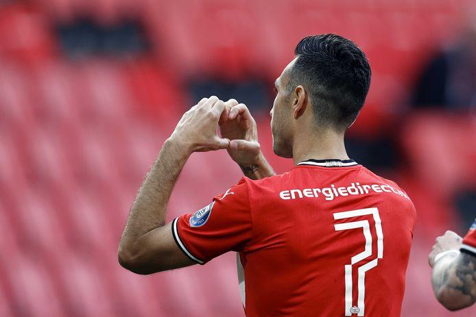 Eran Zahavi vierde de 4-0 van PSV met een emotioneel gebaar aan zijn vrouw Shay.