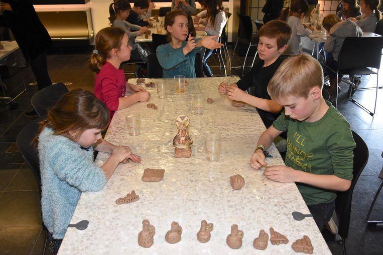 De deelnemertjes maken voorwerpen die een belangrijke rol speelden in het leven van de indianen.