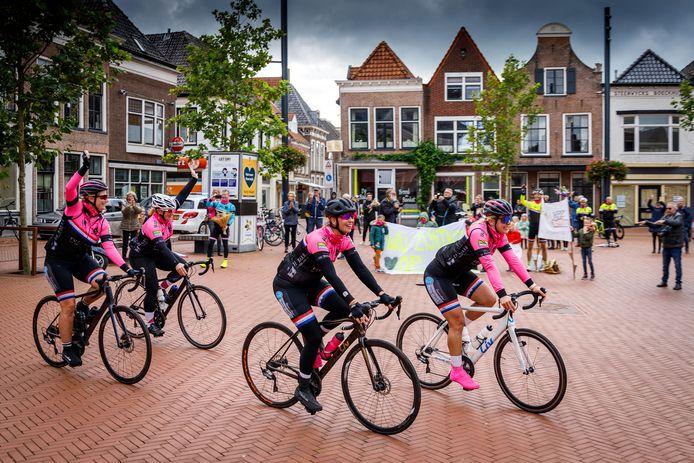 De fietsende vrouwen komen na drie dagen terug op de Markt. Ze haalden 10.000 euro voor Pink Ribbon op.