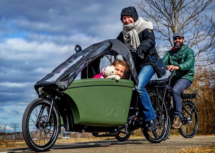 Dennis Doest (46) en Kasia Miloszewska (41) uit Amsterdam met dochter Elena (7). Doest: 'Ideaal voor gezinnen in de stad, je merkt niks van het gewicht.
