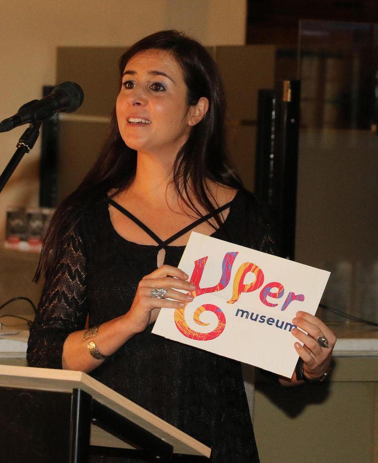 Sandrin Coorevits, coördinator van het nieuwe stadsmuseum, toont de nieuwe naam en het logo.