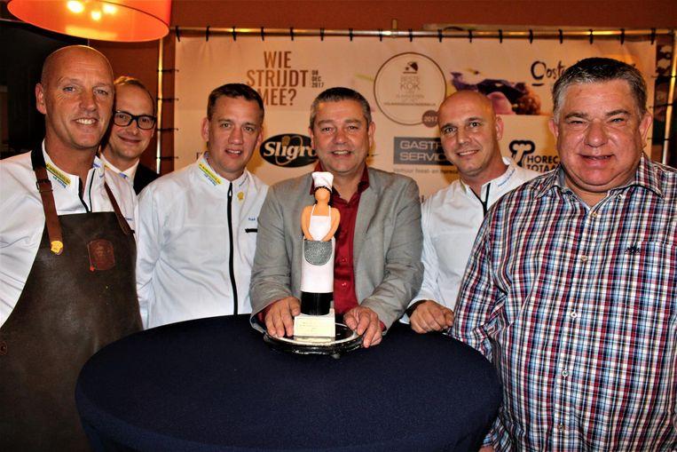 Bestuursleden en leerkrachten van CVO De Avondschool met de trofee die de winnaar mee naar huis zal mogen nemen.