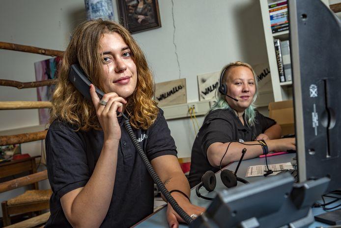 Noah van Weers (links) en Rowena Brinkman, de initiatiefnemers van luisterlijn Walhellep. Noah: ,,Wij richten ons op een groep die een beetje tussen wal en schip belandt. Jongeren van 12 tot 25 jaar die om welke reden dan ook hun verhaal niet kwijt kunnen.''
