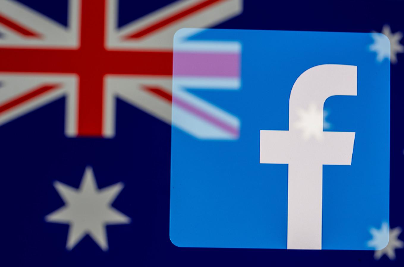 Het Facebook-logo met de Australische vlag op de achtergrond. Het socialmediaplatform heeft in het land de doorgifte van nieuws geblokkeerd.