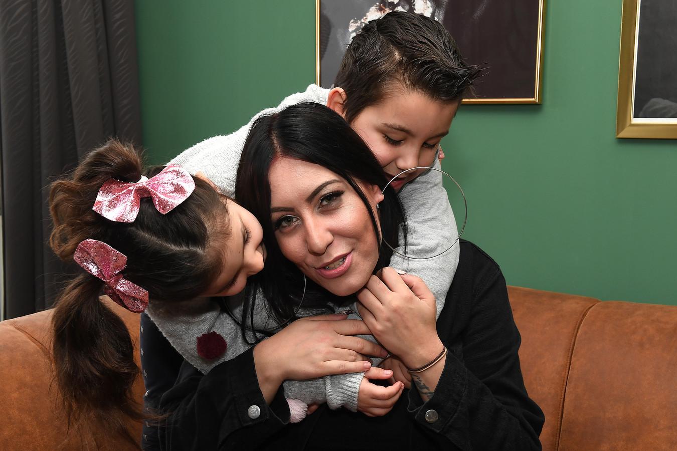 Zuleyka is terug bij haar kinderen.