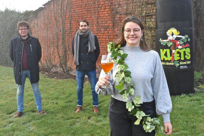 Marthe uit Zwevezele is de eerste Klets-ambassadrice. Achter haar staan brouwer Brecht Dumoulin en salesmanager Miguel Borry.