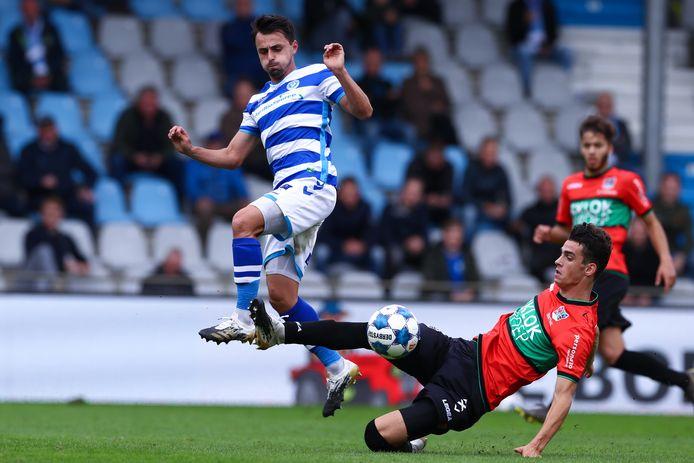 De Graafschap-aanvaller Daryl van Mieghem (links) in duel met Cas Odenthal van NEC.