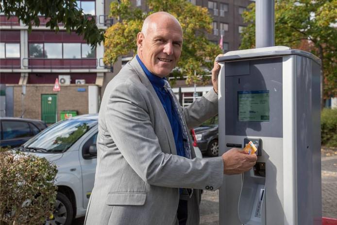 Wethouder Rentenaar was aanwezig bij het vervangen van de laatste parkeerautomaat.