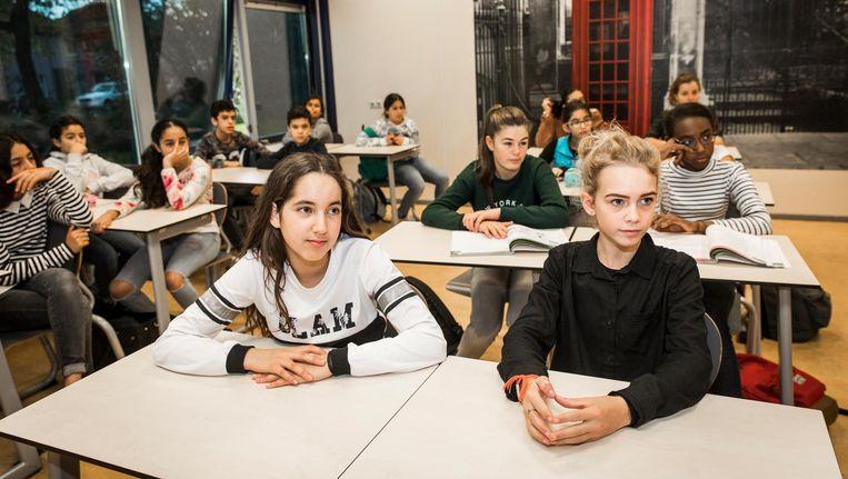 June (rechtsvoor) in de havokansklas van het Over-Y College in Amsterdam-Noord Beeld Dingena Mol