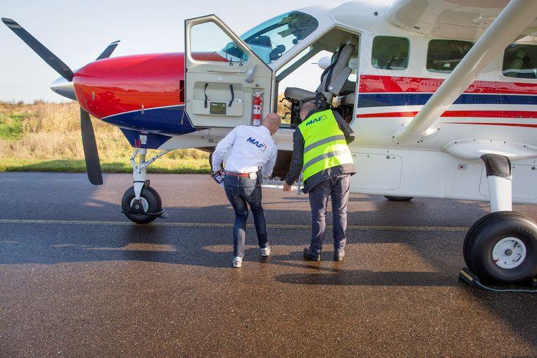 Op vliegveld Teuge bij Apeldoorn presenteert de Mission Aviation Fellowship (MAF) haar nieuwe vliegtuig. Beeld Herman Engbers