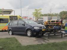 Automobilist ramt picknicktafel bij tankstation langs A2, twee gewonden