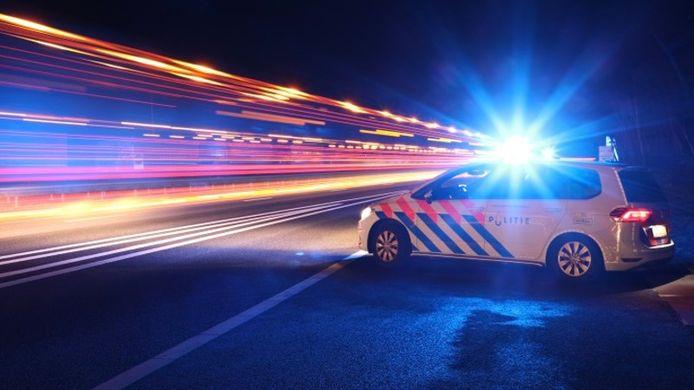 De politie is op zoek naar personen die meermalen stenen op de weg hebben gegooid