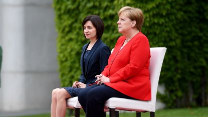 Merkel begroet gast met militaire eer opnieuw zittend na bibberaanvallen op korte tijd