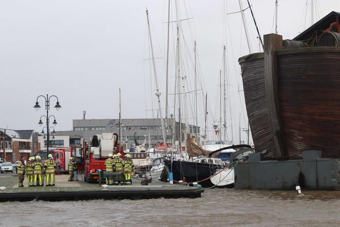 De Ark van Noach is door de zware storm losgeslagen in de haven van Urk en op plezierjachten gebotst.