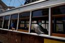 Tram 28 rijdt onder meer door de oude binnenstad van Lissabon.