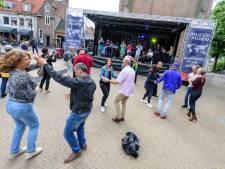 Bezoekers Musica Mundo gooien heupen los op het Lieve Vrouweplein