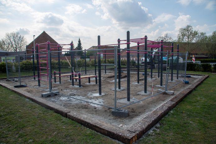Het nieuwe calisthenics park voor buitenfitnessoefeningen aan de voetbalterreinen van HO Kalken.
