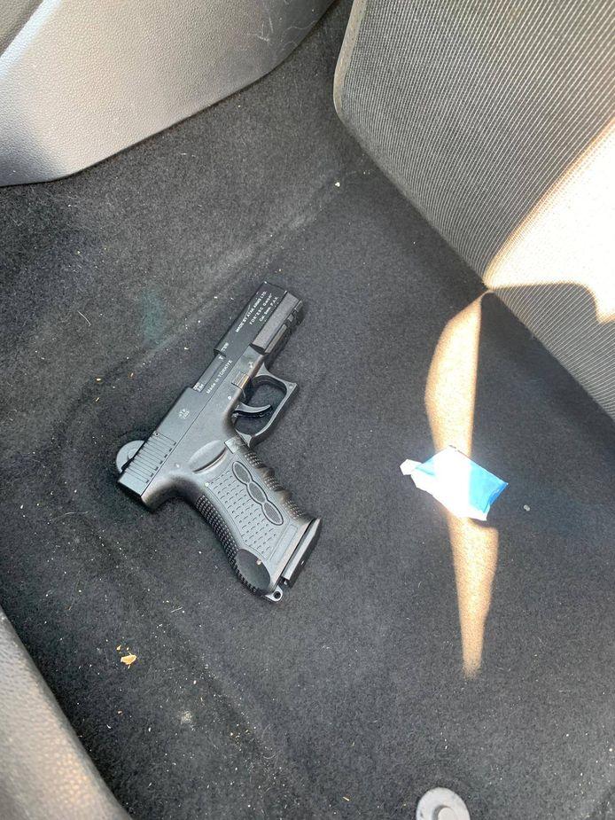 De gaspistool werd aangetroffen in de Duitse auto.