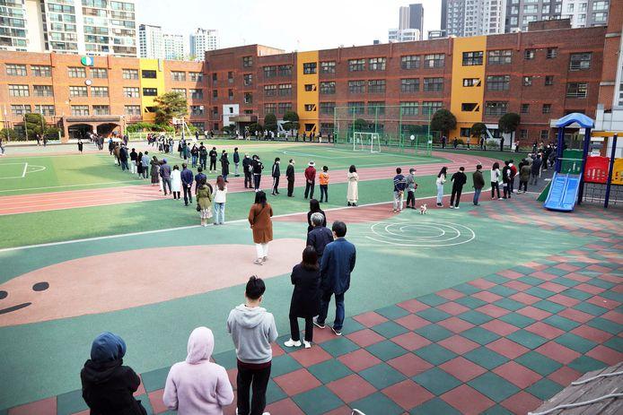 Zuid-Koreanen in de rij voor een stembureau in Seoel.