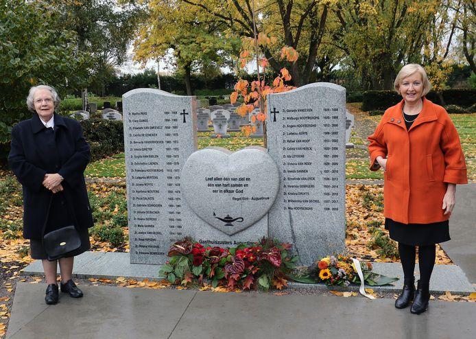 Zuster Ann samen met burgemeester Vera Celis (N-VA) van Geel aan het nieuwe monument.